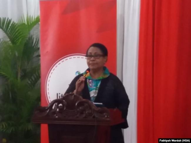 Menteri Pemberdayaan Perempuan dan Perlindungan Anak Yohana Yembise sedang menjelaskan soal prostitusi online di Jakarta, Kamis (24/1) (foto: VOA/Fathiyah Wardah)