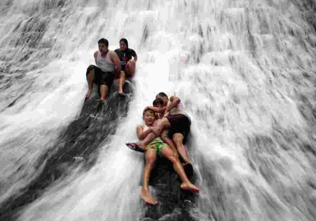 Turistas juegan en la presa de WaWa cerca del barrio Rodríguez, al este de Manila, Filipinas.