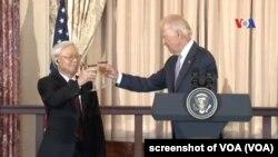 Tổng bí thư Việt Nam Nguyễn Phú Trọng là người đứng đầu Đảng Cộng sản đầu tiên và duy nhất từng tới thăm Nhà Trắng, trong bức ảnh cùng Phó Tổng thống lúc đó Joe Biden chụp ngày 7/7/2015.