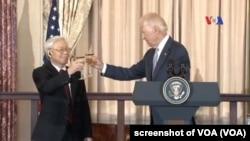 Phó Tổng thống Mỹ Joe Biden nâng cốc với Tổng Bí thư Đảng CSVN Nguyễn Phú Trọng ở Mỹ hôm 7/7/2015