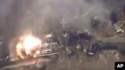 Imagen tomada por video proporcionado por el ministerio de Defensa ruso, que muestra el bombardeo de un avión Su-34M sobre la ciudad de Aleppo, en el norte de Siria.