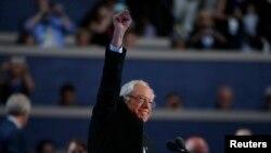 Bernie Sanders nan fen diskou li fè nan konvansyon demokrat la nan Filadelfi, lendi 25 jiyè 2016 la.