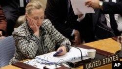 Mientras fue Secretaria de Estado, Hillary Clinton usó una cuenta de correos y un aparato personal para revisar su emails.