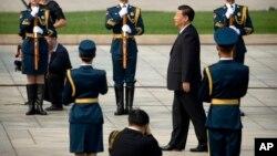 中國國家主席習近平在北京天安門廣場舉行的儀式上走向人民英雄紀念碑。習近平等中國領導人在烈士紀念日送了花籃(2017年9月30日)