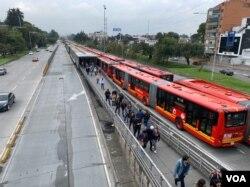 Congestión en el servicio público en diferentes sectores de la ciudad de Bogotá, Colmbia. Foto: Karen Sánchez/VOA.