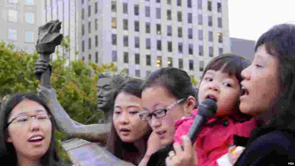 第二代的女孩在民主女神像前歌唱(美国之音国符拍摄)