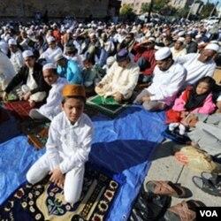 Warga Muslim New York ini sedang berkumpul untuk menjalankan sholat Idul Fitri di Baitul Ma'Mur Mosque di Brooklyn, September 2009.