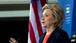 Bà Hillary Clinton phát biểu trong một cuộc họp báo ở Washington.