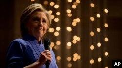 """Bà Hillary Clinton đã mạnh mẽ kêu gọi Cục Điều tra Liên bang công bố """"đầy đủ toàn bộ dữ kiện"""" về quyết định mới đưa ra."""