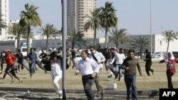 Demonstranti na Bisernom trgu beže od suzavca koji je ranije danas na njih bacila polcija kako bi ih rasterala