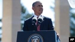 바락 오바마 미국 대통령이 6일 노르망디 해변 미군묘지에서 열린 노르망디 상륙작전 70주년 기념 행사에서 연설하고 있다.