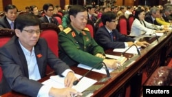 Các đại biểu Quốc hội Việt Nam bỏ phiếu thông qua hiến pháp mới tại Hà Nội, ngày 28/11/2013.