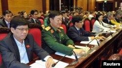 Quốc hội Việt Nam nhấn nút bầu để thông qua hiến pháp mới, 28/11/2013.