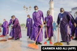 Nettoyage de la Grande Mosquée de Touba lors du Grand Magal des Mourides à Touba le 26 septembre 2021.