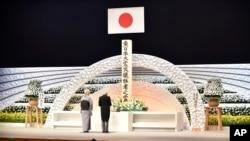 kaisar Jepang Akihito (kanan) bersama permaisuri Michiko, memberikan pidato di depan altar untuk menghormati para korban dalam peringatan 5 tahun bencana gempa bumi dan tsunami 11 Maret 2011 di Tokyo (11/3).
