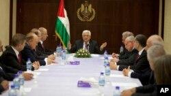 6月2日巴勒斯坦政府领导人阿巴斯(中)与联合政府的部长们举行会议