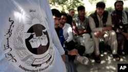 Afg'onlar saylov uchastkasi oldida ro'yxatdan o'tishni kutmoqda, 16-sentabr, Kobul.