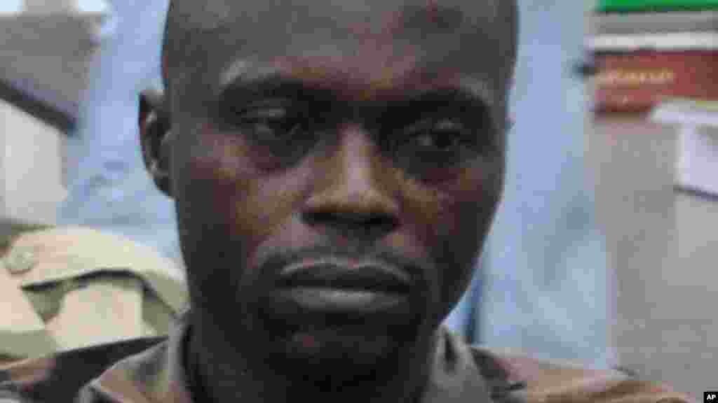 Sojojin da ake zargi da kin zuwa Arewa maso gabacin kasar domin yakar masu tsassauran ra'ayin addini sun hallara a gaba kotun Soja a Abuja, 15 ga Oktoba 2014.