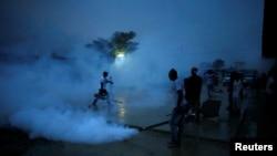 Trabajadores de salud en Puerto Príncipe, Haití fumigan una calle durante una campaña contra los mosquitos para prevenir el Zika. Septiembre 7, 2016.