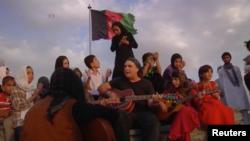 تعدادی از دختران افغان به همراه معلم آمریکایی شان روی یکی از تپه های کابل