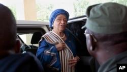 ປະທານາທິບໍດີ ໄລບີເຣຍ ທ່ານນາງ Ellen Johnson Sirleaf ໄປເຖິງ ນະຄອນຫລວງ ເພື່ອກ່າວຖະແຫລງ ຕໍ່ຄະນະລັດຖະບານ ໃນມອນໂຣເວຍ ປະເທດໄລບີເຣຍ.