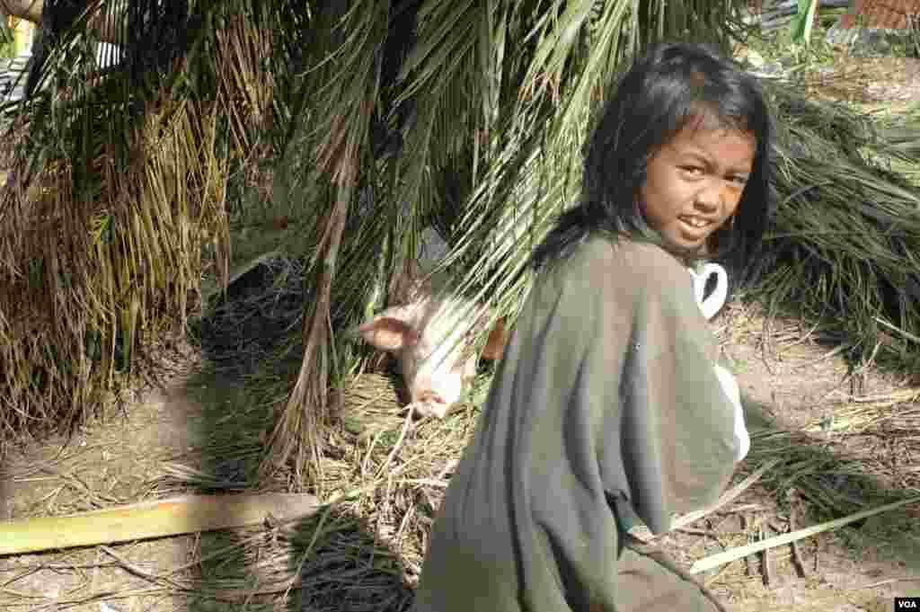 A girl returns home after getting water, Cebu, Philippines, Nov. 15, 2013. (Steve Herman/VOA)