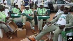 A nan, jami'an zabe ne ke jiran isowar kayan aiki a wani wurin rarraba kayan dake Ibadan, Nigeria, ran Assabar, 2 ga watan Afrilun 2011.