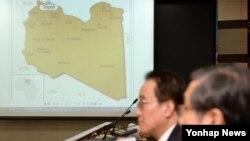 리비아 트리폴리무역관장인 코트라 한석우 씨 피랍 사건과 관련해 20일 서울 외교부에 마련된 종합상황실에서 관계자들이 대책반 회의를 진행하고 있다.