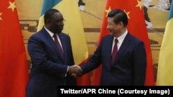 Le président sénégalais Macky Sall salue son homologue chinois Xi Jinping à Dakar, Sénégal, 21 juillet 2018. (Twitter/APR Chine)