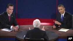 Kandidat presiden dari Partai Republik Mitt Romney dan Presiden AS Barack Obama dalam debat di Universitas Lynn, Boca Raton, Florida. (AP/Pool-Win McNamee)