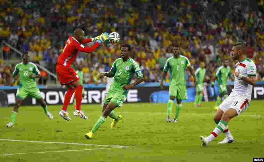 نائجیریا کے گول کیپر ون سینٹ اینائما فٹ بال کیچ کرے ہوئے