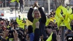 Ứng cử viên Moon Jae-in nói chuyện với những người ủng hộ ông