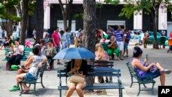 لوگ کیوبا کے شہر ہوانا میں وائی فائی کے ذریعے انٹرنیٹ استعمال کر رہے ہیں۔ فائل فوٹو