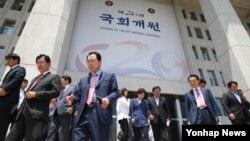 한국 20대 국회가 개원한 30일 각당 의원들이 의원총회를 끝내고 국회 본청을 나서고 있다.