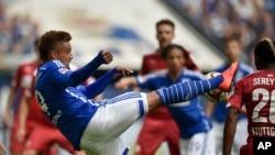 Kevin-Prince Boateng de Schalke du Ghana dégage le ballon au cours du match de football de la Bundesliga allemande opposant le FC Schalke 04 et le VfB Stuttgart à Gelsenkirchen, en Allemagne, 2 mai 2015. Schalke battu Stuttgart par 3-2.