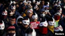 Người biểu tình đeo mặt nạ tham gia cuộc biểu tình chống chính phủ ở trung tâm Seoul, Hàn Quốc, 5/12/2015.