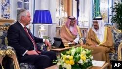 2017年7月12日美國國務卿蒂勒森在沙特阿拉伯的吉達會見沙特國王薩勒曼。