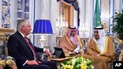 美国国务卿蒂勒森在沙特阿拉伯的吉达会晤沙特国王萨勒曼。(2017年7月12日)