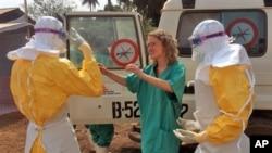 داکتران و سایرکارمندان صحی نیز از ایبولا بیم دارند