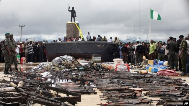 Policemen display weapons collected from Niger delta militants as part of a government amnesty program in Yenagoa, Nigeria, August 22, 2009.