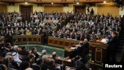Presiden Mesir Mohamed Morsi memberikan pidato di depan majelis tinggi parlemen Mesir di Kairo (foto: dok).