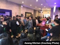 Pengunjung restoran Awang Kitchen di Elmhurst, Queens, New York.