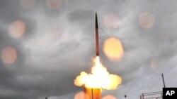 Ảnh do hãng Lockheed Martin cung cấp cho thấy phi đạn THAAD được phóng đi từ một bệ phóng di động tại Căn cứ tên lửa Thái Bình Dương trên đảo Kauai, Hawaii.