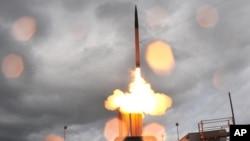 지난 2008년 6월 미국 하와이 카우아이 기지에서 이동식 발사대에 장착된 고고도미사일방어체계, 사드 미사일을 발사하고 있다. (자료사진)