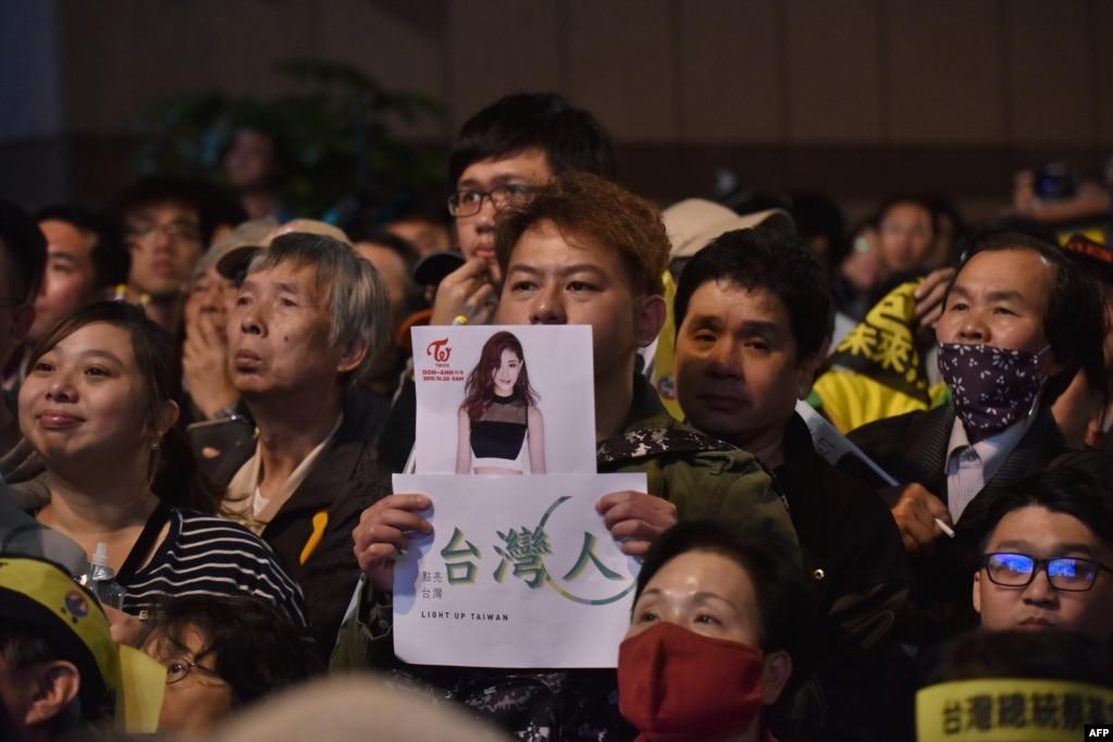 在台灣大選中,有民進黨人展示周子瑜的照片(2016年1月15日)。 周子瑜事件有助於民進黨選情,有人說這刺激出30萬選票給蔡英文