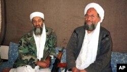 អូសាម៉ាប៊ិនឡាដិន (Osama bin Laden) (ឆ្វេង) អង្គុយជាប់នឹង អាយមែន អា ហ្សារ៉ាហ៊ីរី (Ayman al-Zawahri) ដែលជាប្រធានខាងយុទ្ធសាស្ត្ររបស់អង្គការអាល់កៃដា និងជាមេបញ្ជាការលំដាប់ទី២ នៅក្នុងរូបថតឆ្នាំ២០០១នេះ។