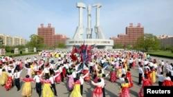 朝鲜半岛中央通讯社(KCNA)在2017年4月25日提供的照片显示,朝鲜建军节期间,人们在广场上跳舞。