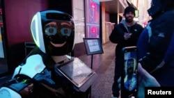 Para pengunjung Times Square berinteraksi dengan robot Promobot yang memberi informasi kepada masyarakat mengenai gejala virus corona dan bagaimana mencegah agar tidak menyebar, di New York, 10 Februari 2020. (Foto: Reuters)