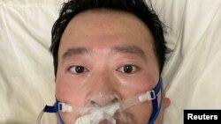 Bác sĩ Lý Văn Lượng trên giường bệnh tại Bệnh viện Vũ Hán (ảnh chụp ngày 3/2/2020)