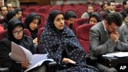 Cô Jabbari (giữa) nói ông Morteza Abdolali Sarbandi đã cố hãm hiếp cô.